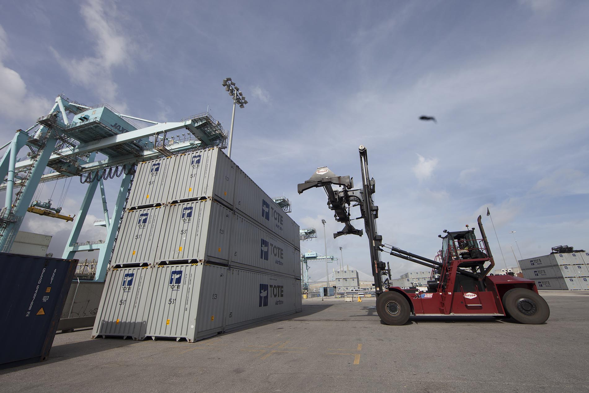 Spreader lift cargo containers
